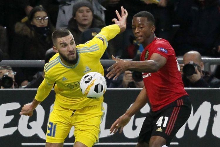 Sergei Khizhnichenko dan Ethan Laird berduel pada pertandingan Astana vs Manchester United dalam lanjutan Liga Europa Grup L di Nur-Sultan, 28 November 2019.