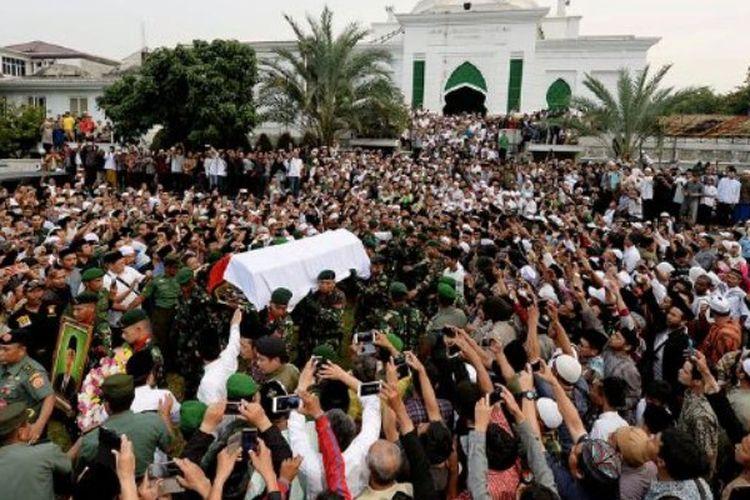 Para pelayat melepas jenazah KH Hasyim Muzadi untuk dimakamkan di halaman masjid Pondok Pesantren Al-Hikam, Kukusan, Beji, Depok, Jawa Barat, Kamis (16/3). KH Hasyim Muzadi wafat setelah menjalani perawatan di Rumah Sakit Lavalette, Malang, Jawa Timur.