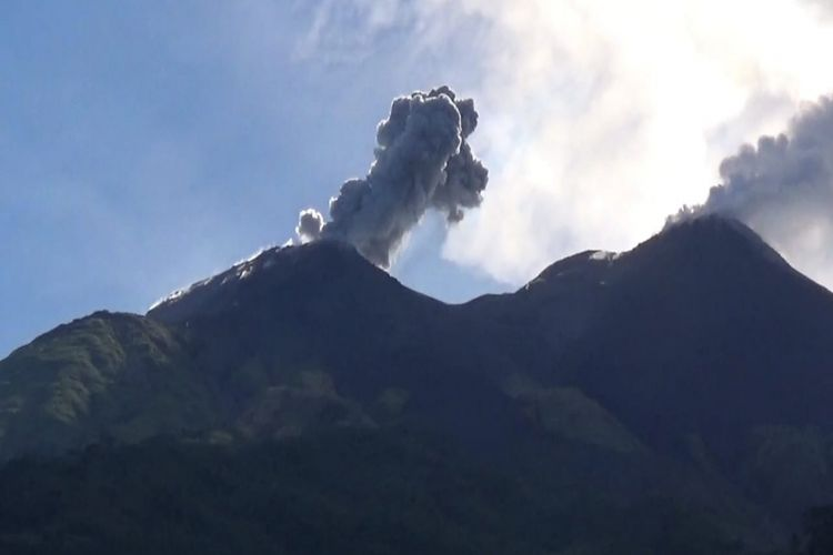 Kepulan asap dari kawah Gunung Karangetang dari sisi Utara, Kecamatan Siau Barat, Desember 2018 lalu.