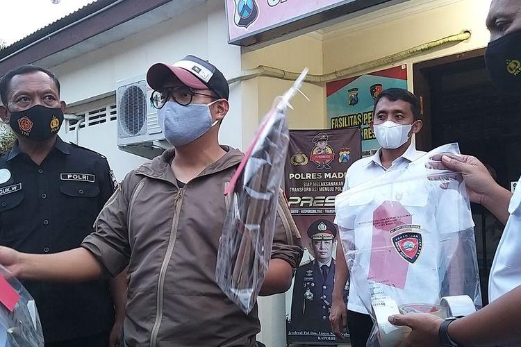 BARANG BUKTI—Kasat Reskrim Polres Madiun, AKP Ryan Wira Raja Pratama menunjukkan sejumlah barang bukti yang disita 17 pemuda terkait kasus penerbangan balon di wilayah Kecamatan Dolopo, Kabupaten Madiun.