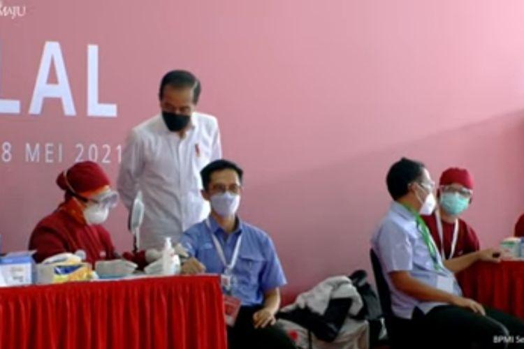 Presiden Joko Widodo meninjau vaksinasi gotong-royong untuk para karyawan di PT Unilever Indonesia Tbk, Cikarang, Kabupaten Bekasi, Selasa (18/5/2021).