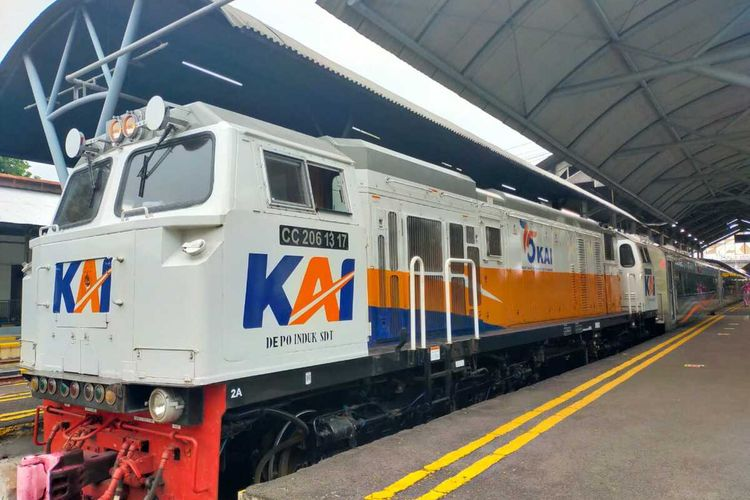 Keberangkatan kereta api di Stasiun Surabaya Gubeng