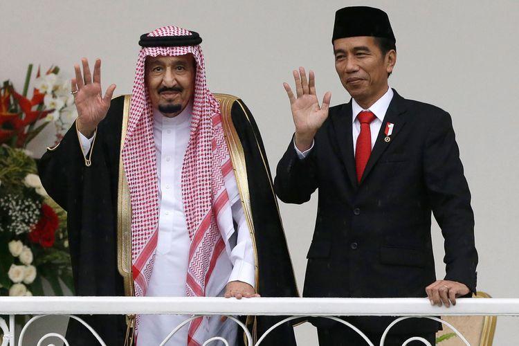 Raja Arab Saudi Salman bin Abdulaziz al-Saud bersama Presiden Indonesia Joko Widodo (kanan) melambaikan tangan ke awak media di sela-sela pertemuan mereka di Istana Kepresidenan Bogor, Jawa Barat, Rabu (1/3/2017).