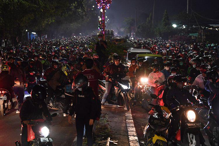 Pemudik sepeda motor terjebak kemacetan saat melintasi posko penyekatan mudik di Kedungwaringin, Kabupaten Bekasi, Jawa Barat, Senin (10/5/2021). Petugas gabungan memutar balikan ribuan pemudik yang melintasi pos penyekatan perbatasan Bekasi -Karawang, Jawa Barat. ANTARA FOTO/Wahyu Putro A/pras.