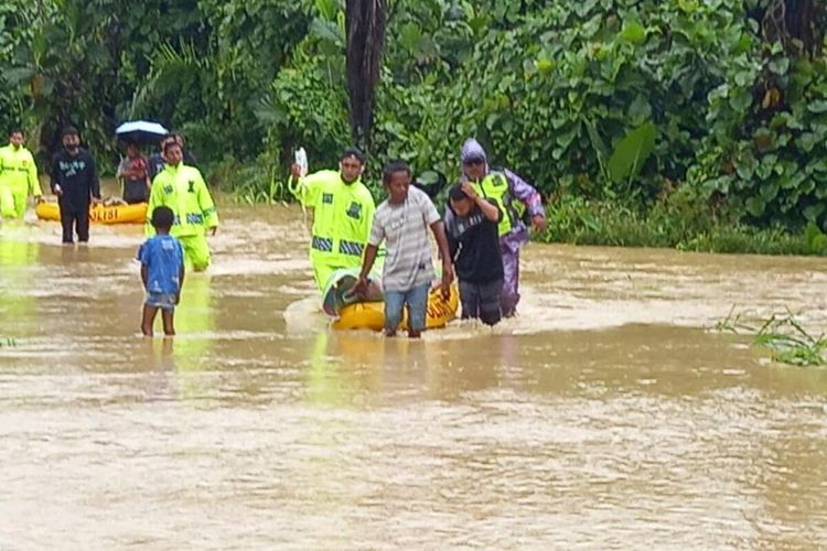 Personel kepolisian tengah mengevakuasi warga Keerom yang terdampak banjir, Papua, Selasa (9/2/2021)