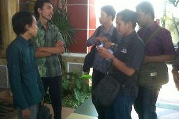 Perwakilan mahasiswa UIN Maliki Malang, saat mendatangi kantor Kejari Kota Malang, Senin (23/9/2013). Mereka menuntut Kejari segera usut kasus dugaan korupsi pembelian lahan untuk kampus II UIN Maliki Malang.