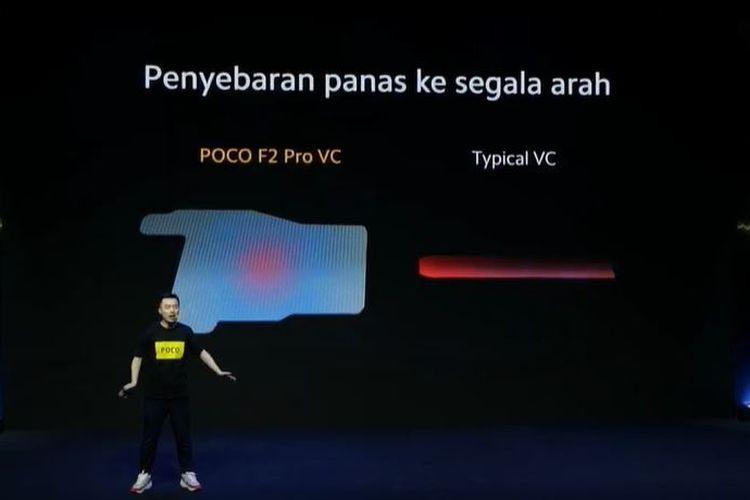 Country Director Xiaomi Indonesia, Alvin Tse, mendemonstrasikan teknologi pendingin di Poco F2 Pro.