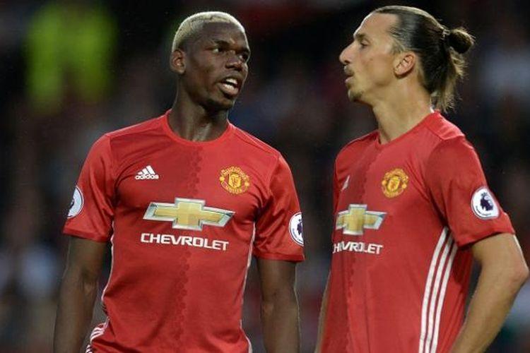 Pemain Manchester United, Paul Pogba (kiri), tampak berbincang dengan rekan setimnya, Zlatan Ibrahimovic, pada laga Premier League kontra Southampton, di Stadion Old Trafford, Jumat (19/8/2016) waktu setempat.