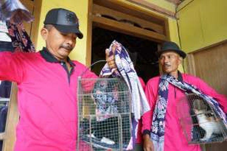 Sepasang kucing yang diberi nama Slamet dan Rahayu digendong oleh warga untuk ritual mantu kucing yang digelar masyarakat Desa Grajagan, Banyuwangi, Jawa Timur, Kamis (10/11/2016).