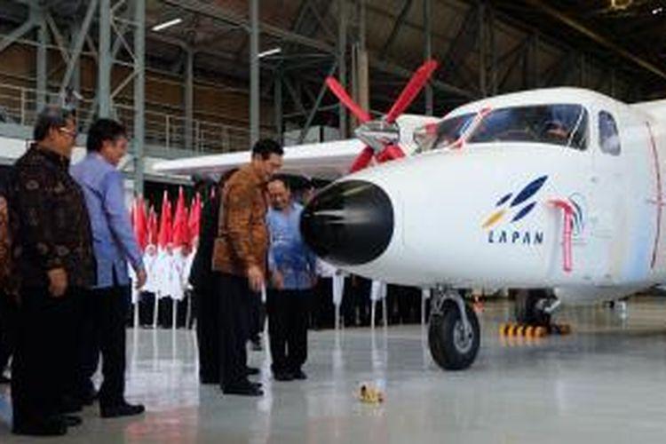 Menkopolhukam Luhut Panjaitan meresmikan pesawat N219 di hangar PT Dirgantara Indonesia, Bandung, Kamis (10/12/2015).