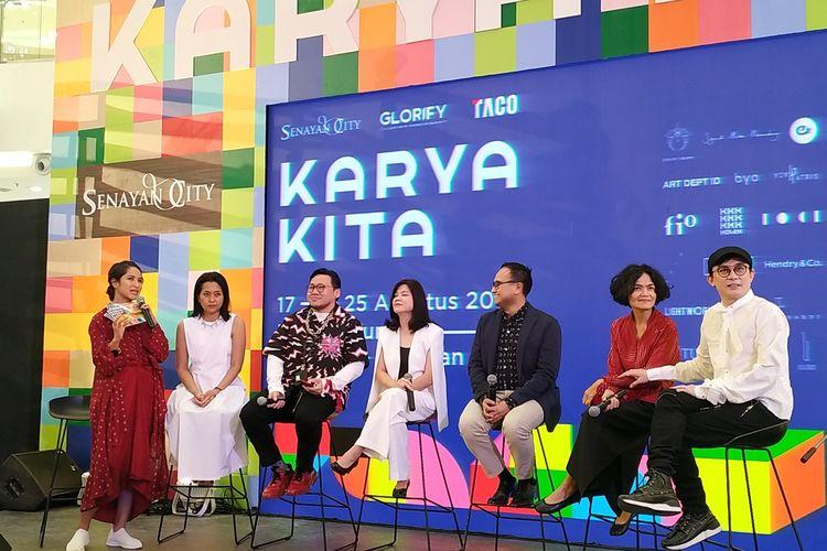 Corporate Vice President (VP) Marketing TACO Group, Satria Utama (ketiga kanan) dan Sementara Leasing & Marketing Communications Director Senayan City, Halina (keempat kiri) memberikan keterangan dalam pembukaan pameran