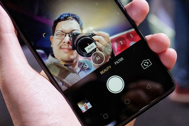 Kamera depan Oppo F7 dilengkapi teknologi AI Beauty 2.0 yang memindai 296 titik berbeda di wajah untuk memperhalus tampilan, tapi tetap tampak natural.