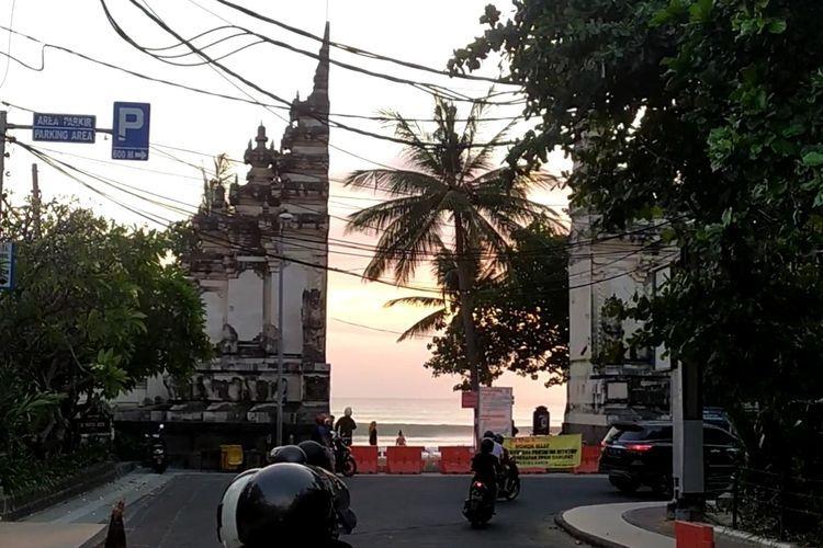 Akses pintu utama jalan masuk ke kawasan pantai Kuta Kabupaten Badung.