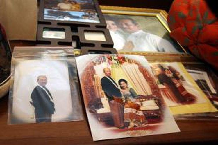 Polisi menunjukkan barang bukti yang diduga merupakan foto pernikahan Gatot Supiartono dan Holly Angela Hayu. Barang bukti itu ditunjukkan pada jumpa pers di Mapolda Metro Jaya, Jakarta Pusat, Rabu (16/10/2013).