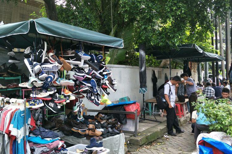 Pedagang kaki lima (PKL) di Jalan Sunan Ampel, Kelurahan Melawai, Kebayoran Baru, Jakarta Selatan, berjualan di atas saluran air dan trotoar, Selasa (27/2/2018). Mereka sempat memasang spanduk bertulisan OK OCE.