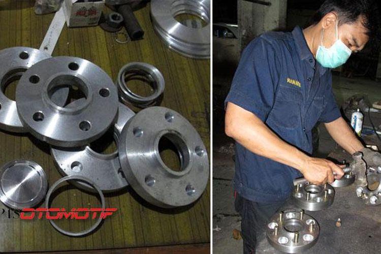 Spacer (kiri) dan proses pembuatan adaptor (kanan) di Gelora Teknik Sarinande, Fatmawati, Jakarta Selatan.
