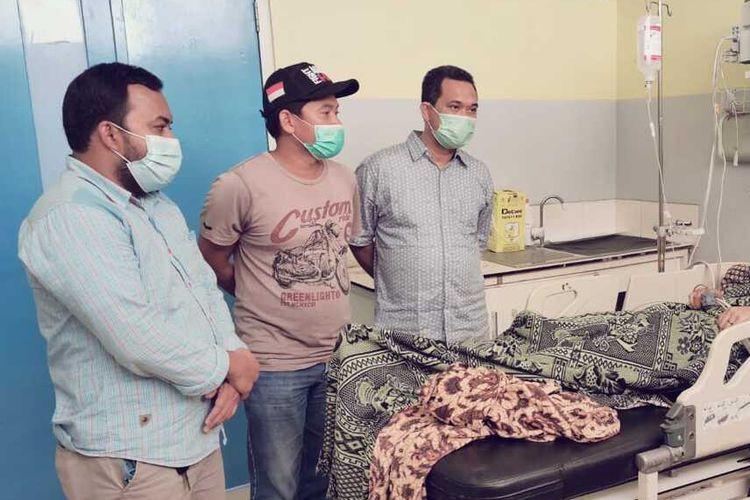 Salah satu warga tercium bau gas PT Medco yang dirawat di Rumah Sakit Umum Zainal Abidin, di Banda Aceh, Senin (12/4/2021)