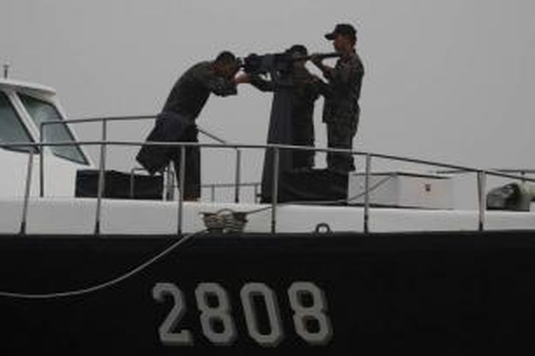 Petugas Patroli Kapal Pengawas Perikanan bersiap-siap untuk memusnahkan 4 kapal asing asal Vietnam di perairan Pulau Datok, Kabupaten Mempawah, Kalimantan Barat, Senin (19/10/2015). Meski kabut asap menyelimuti, proses pemusnahan kapal menggunakan dinamit berdaya rendah ini berjalan dengan lancar.
