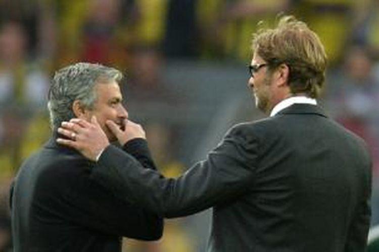 Jose Mourinho (kiri) sedang berbincang dengan Juergen Klopp saat laga semifinal Liga Champions antara Borussia Dortmund dan Real Madrid di Stadion Signal Iduna Park, 24 April 2013.