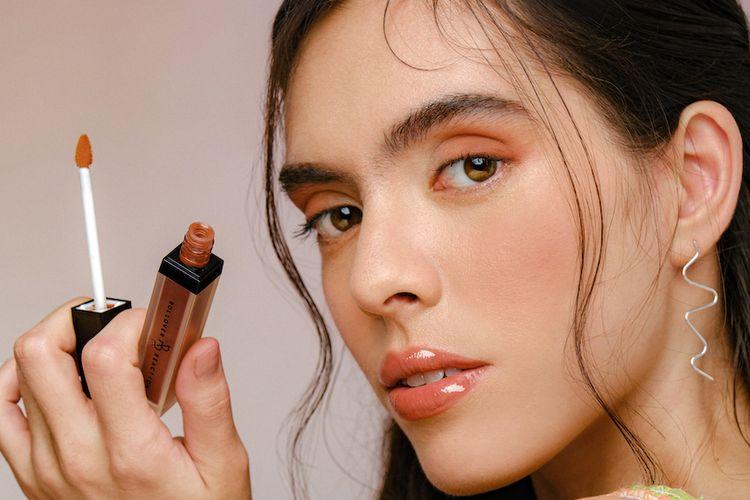 Rollover Reaction menambah empat warna baru yang bernuansa nude pada koleksi lipstik Suede! dan lipgloss.