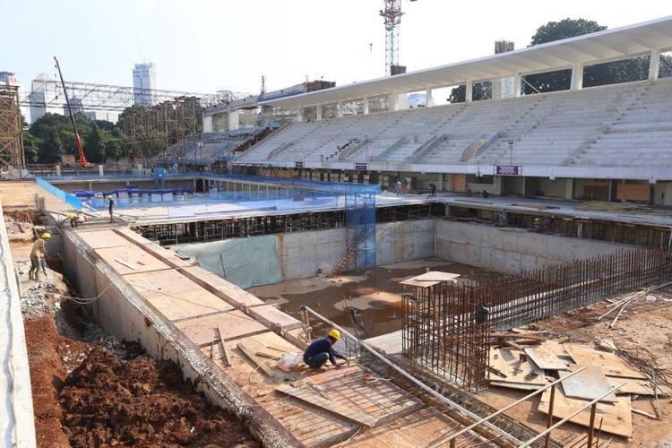 Pekerja menyelesaikan proyek renovasi di Kolam Renang Gelora Bung Karno (GBK) Jakarta, Jumat (24/3/2017). Kawasan Gelora Bung Karno (GBK) yang akan menjadi venue penyelenggaraan Asian Games XVIII 2018 mendatang bakal direnovasi dengan standar internasional untuk pertandingan olahraga dan ditargetkan selesai pada November 2017.