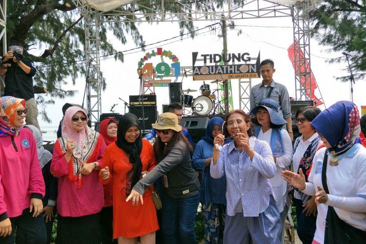 Menteri Kelautan dan Perikanan Susi Pudjiastuti joget bersama warga Pulau Tidung, Sabtu (5/5/2018).