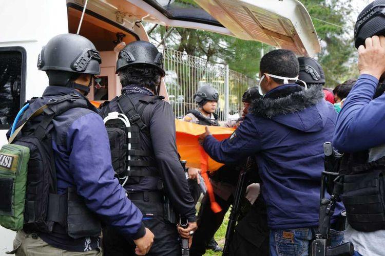Personel TNI-Polri saat mengevakuasi jenazah Wendis Enimbo (29) ajudan pribadi Lesmin Waker, Jumat (14/5/2021).