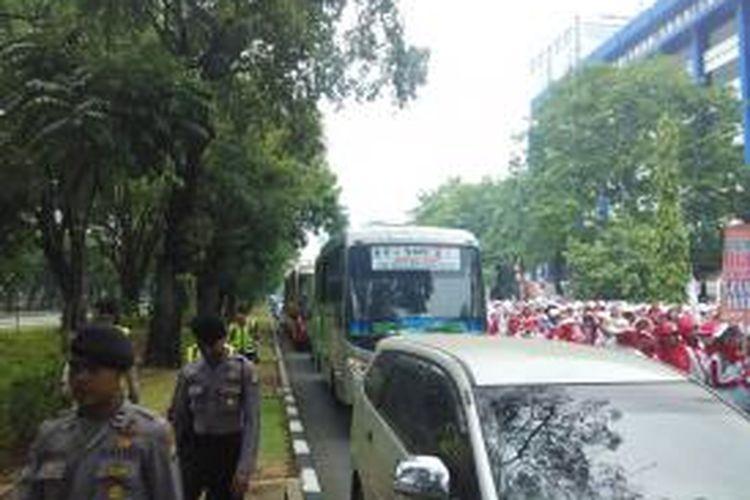 Ribuan bidan berdemo di kawasan Jalan Medan Merdeka Barat, Senin (28/9/2015). Lalu lintas di sana menjadi tersendat.