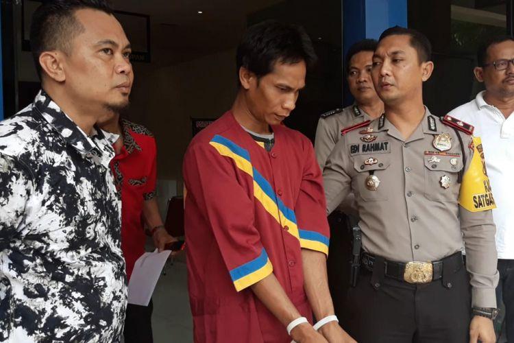 Pelaku Agus Adrian (31) yang merupakan polisi gadungan saat berada di Polsek Ilir Timur 1 Palembang, Sumatera Selatan, Senin ( 10/9/2018).