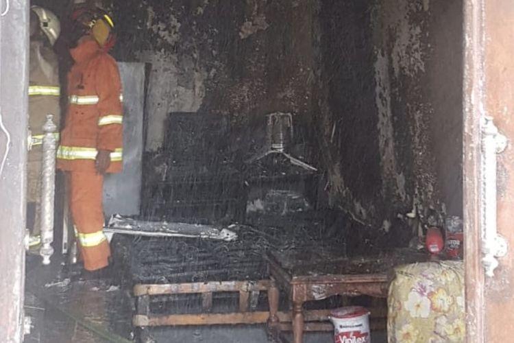 Sebuah rumah di Jalan Kemandoran 8 RT 007/RW 005, Grogol Utara, Kebayoran Lama, Jakarta terbakar pada Rabu (16/92020) pagi.