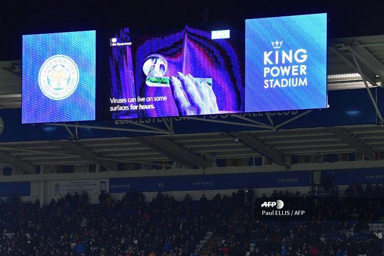 Pengumuman yang memperingati publik terhadap ancaman virus corona tayang di layar video raksasa pada laga Leicester dan Aston Villa di Stadion King Power, Leicester, pada 9 Maret 2020.