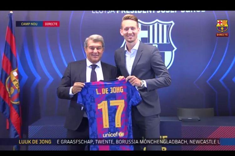 Striker pinjaman Barcelona Luuk de Jong, bersama Presiden Josep Maria Bartomeu, saat diperkenalkan kepada media di Stadion Camp Nou, Jumat (10/9/2021) dini hari WIB.