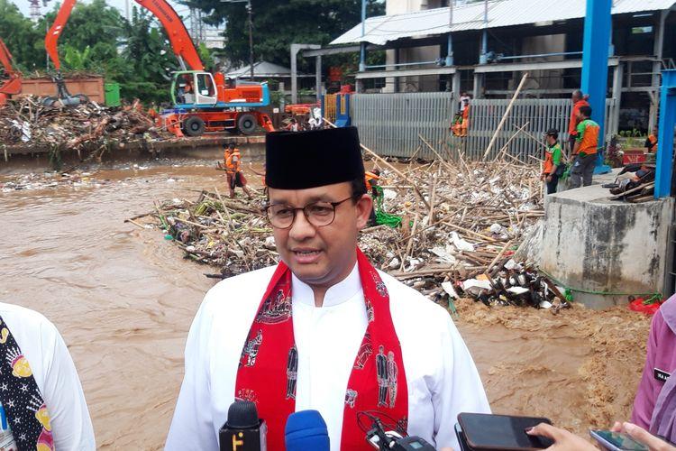 Gubernur DKI Jakarta Anies Baswedan saat meninjau pintu air Manggarai, Jakarta Pusat, Jumat (26/4/2019).