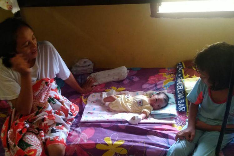 Alma Punyenko (40) BMI asal Tana Toraja bersama kedua anaknya menempati kamar penampungan CTKI di kantor BP2MI pasca melahirkan anak keduanya