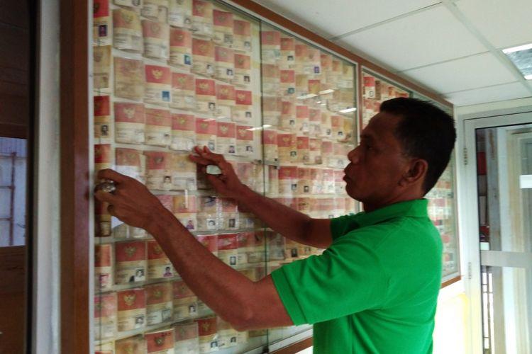 Petugas PMI Aceh merapikan 400 kartu identitas yang berhasil dikumpulkan saat mengevakuasi jenazah korban gempa dan tsunami Aceh 13 tahun lalu.