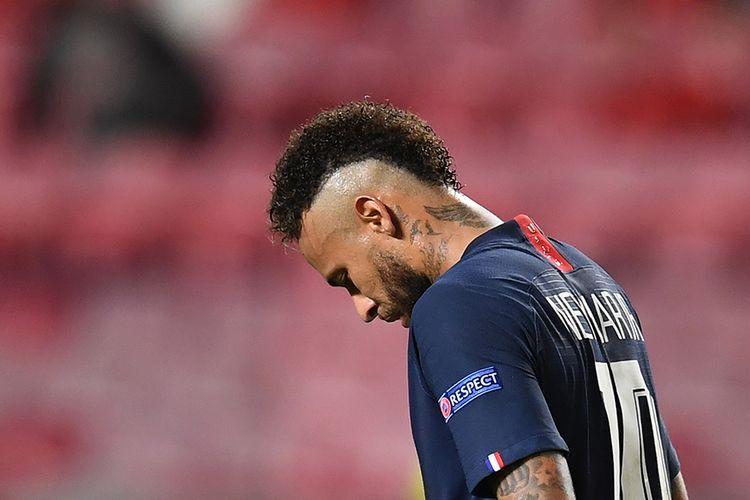 Pemain Paris Saint-Germain (PSG) Neymar meluapkan kesedihan setelah pertandingan melawan Bayern Muenchen dalam babak final Liga Champions di Stadion Da Luz, Lisbon, Portugal, Minggu (23/8/2020). Neymar harus pasrah melihat trofi Liga Champions musim ini jatuh ke tangan tim lawan setelah laga PSG vs Bayern Muenchen berakhir dengan skor 0-1.