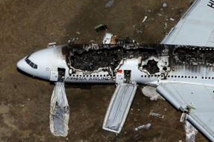 Badan pesawat Boeing 777 milik Asiana Airlines hangus setelah jatuh di bandara internasional San Francisco, AS. Sejauh ini dipastikan dua orang tewas dan 130 orang dilarikan ke rumah sakit.