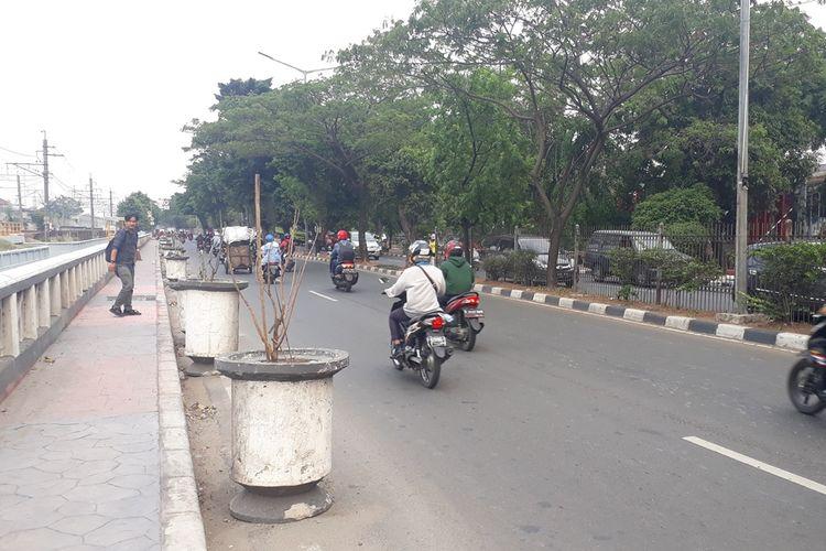 Sejumlah pot tanaman di Jalan I Gusti Ngurah Rai, Cakung, Jakarta Timur, dinilai mengganggu kenyamanan pengendara kendaraan bermotor dan menimbulkan kemacatan. Foto diambil Senin (4/112019).