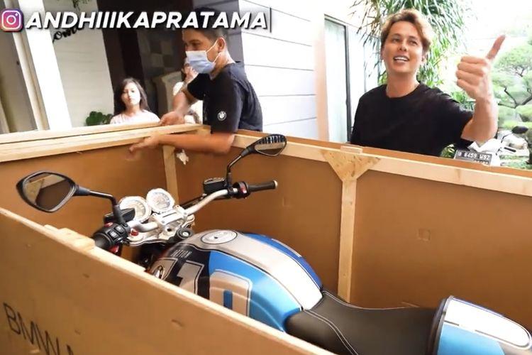 Andhika Pratama dengan motor BMW.