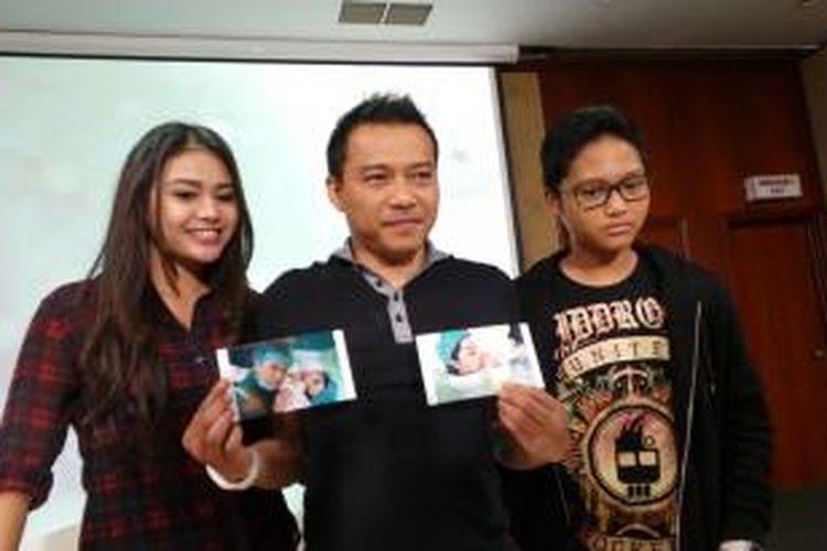 Anang Hermansyah bersama kedua anaknya, Aurelia Nurhermansyah dan Azriel Akbar Hermansyah, menunjukkan foto-foto bayi perempuan yang dilahirkan Ashanty Siddik, dalam jumpa pers di Rumah Sakit Pondok Indah, Jakarta Selatan, Minggu (14/12/2014).