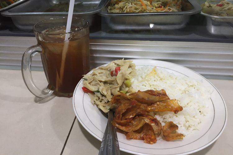 Nasi, ikan kering balado, tumis jamur, dan es teh manis seharga Rp 10.000 di cabang Warteg Kharisma Bahari di Jakarta Barat, Rabu (07/11/2018).