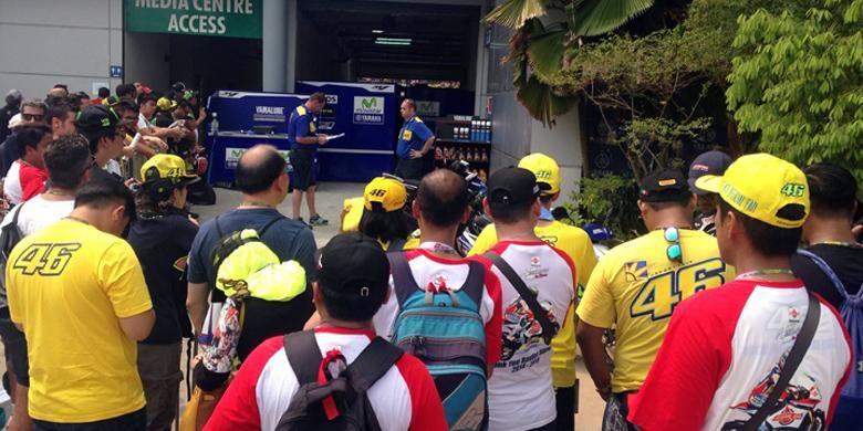 Puluhan fans Rossi terus menunggu jagoannya keluar dari paddock.