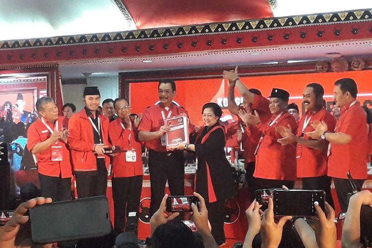 Ketua Umum PDI-P Megawati Soekarnoputri menerima hasil Kongres V PDI-P di Sanur, Bali, Sabtu (10/8/2019).