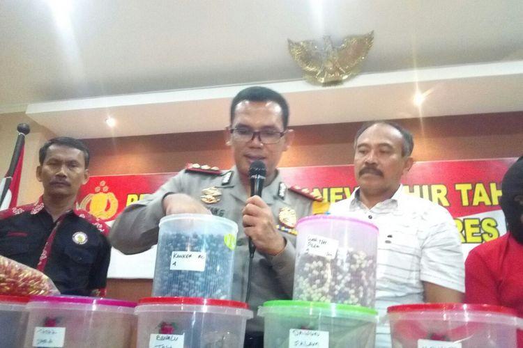 Kapolres Kudus, AKBP Agusman Gurning menunjukkan ribuan obat ilegal yang disita pihaknya di Mapolres Kudus, Sabtu (30/12/2017)
