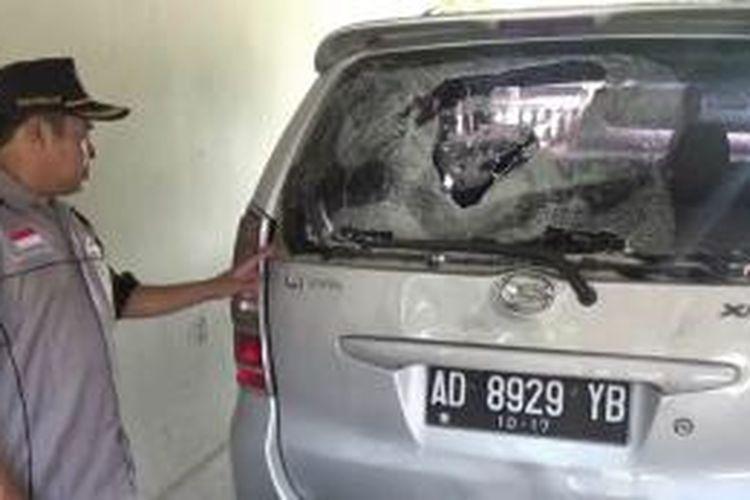 Mobil milik warga di rusak massa kampanye, Sabtu (5/12/2015).
