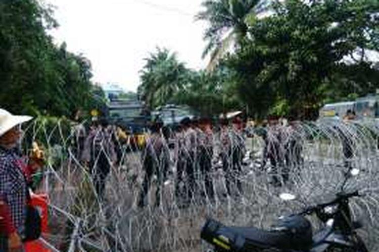 Barikade kawat menutup Jalan RM Harsono arah Ragunan, Jakarta Selatan terkait sidang Ahok. Selasa (10/1/2017)