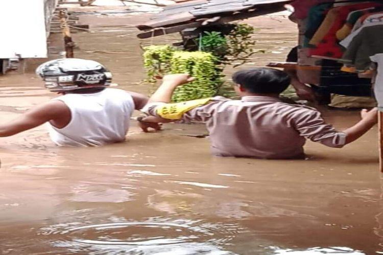 Hujan deras yang mengguyur Kabupaten Dompu pada Jumat (08/01/2021) sore, membuat sungai di Kecamatan Woja meluap dan merendam puluhan rumah warga yang berada di Desa Bara. Ketinggian banjir ini dilaporkan mencapai 1,5 meter. Petugas pun langsung dikerahkan ke lokasi untuk evakuasi warga yang terdampak.