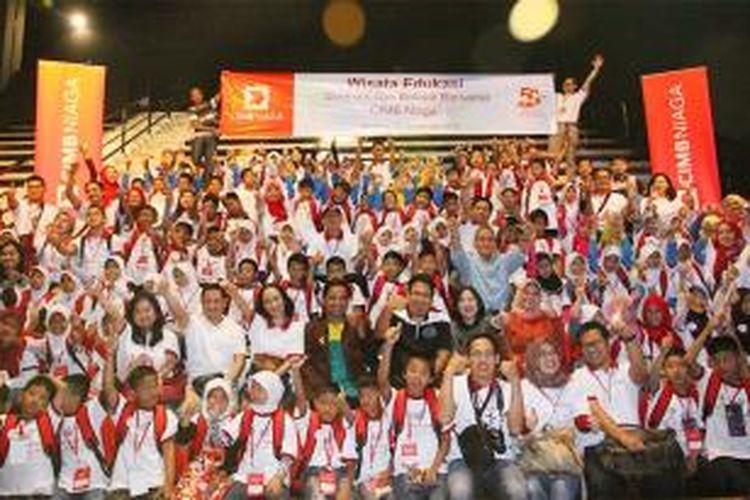CIMB Niaga bersama anak-anak dhuafa melakukan kunjungan ke Trans Studio Bandung
