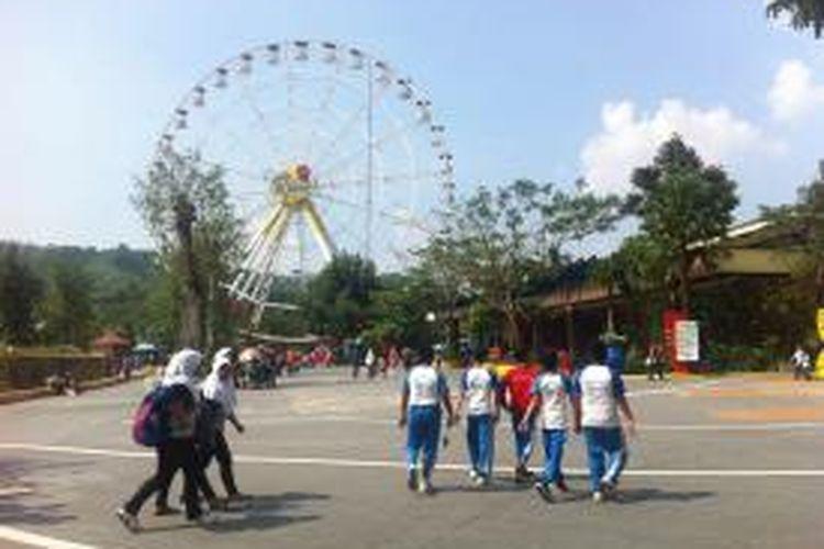 Pelajar-pelajar sekolah dasar mengunjungi Jungleland Adventure Theme Park Sentul, Jawa Barat, Jumat (12/6/2015)