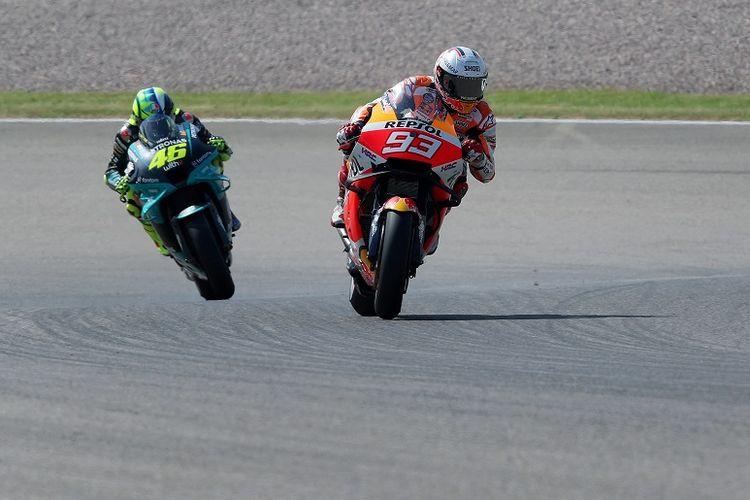 Pebalap Repsol Honda Marc Marquez (kanan) berada di depan pebalap Italia Yamaha-SRT Valentino Rossi (kiri) dalam sesi latihan bebas ketiga menjelang MotoGP Jerman di Sirkuit Sachsenring pada 19 Juni 2021.